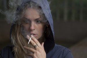 žena s cigaretou