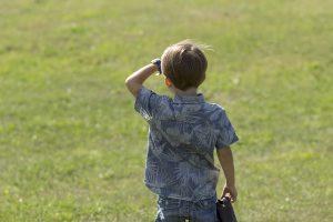 Chlapec hľadí do diaľky